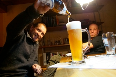 Tom pouring another Weizen.