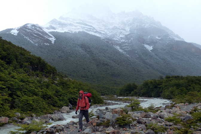 Hiking back to El Chaltén along Rio Fitz Roy.