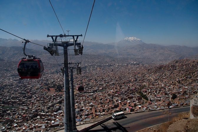 The Teleférico running between El Alto and La Paz.