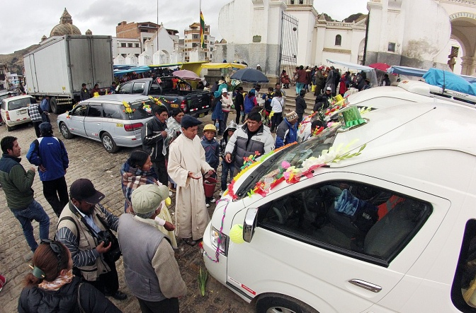 The priest blesses a car at Copacabana Cathedral.
