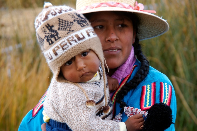 Mother and child in the Uros Islands, Lake Titicaca, Perú.