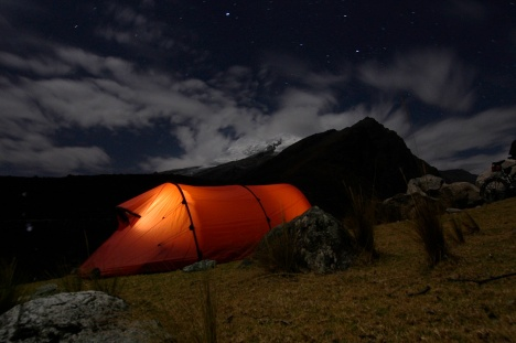 Camped below the stars and Huascar‡nán (6,768m)