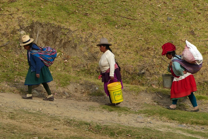 Women returning home from the fields in El Pinar.
